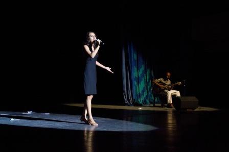 En el Teatro Heredia, Santiago de Cuba, acompañada a la guitarra por el maestro Gabino Jardines